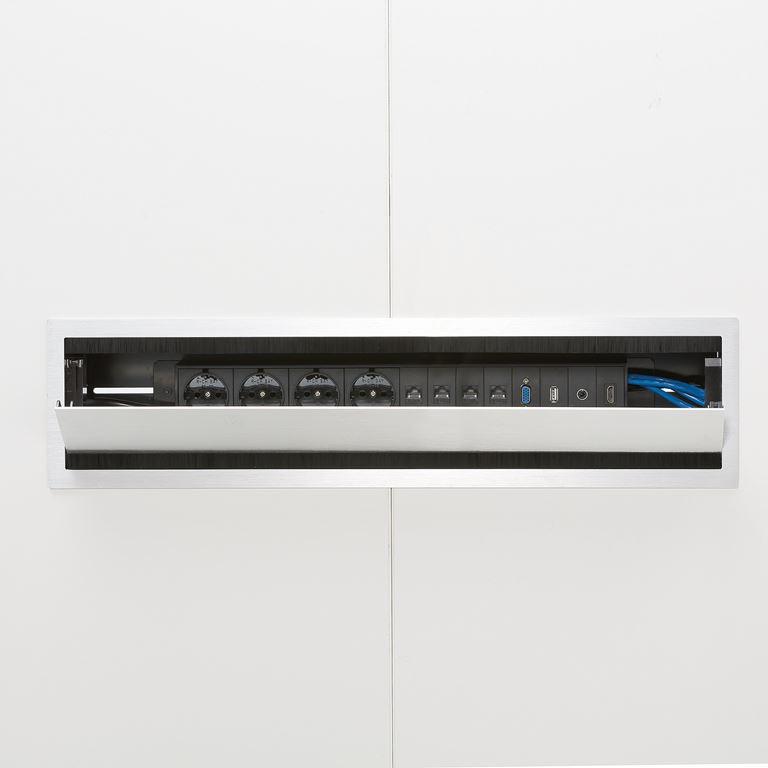 Srebrny panel elektryczny z 4 gniazdkami
