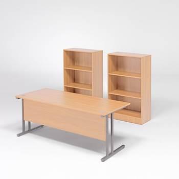 Skrivbord med två bokhyllor