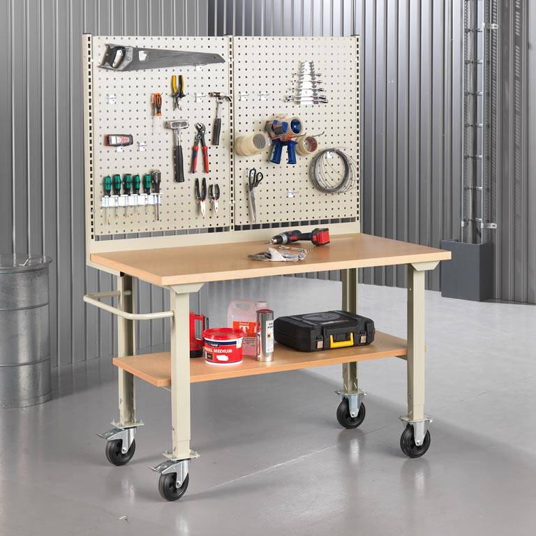 """""""Robust"""" complete mobile workbenches"""