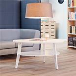 Okrągły lub owalny stolik z praktyczną półką dolną.